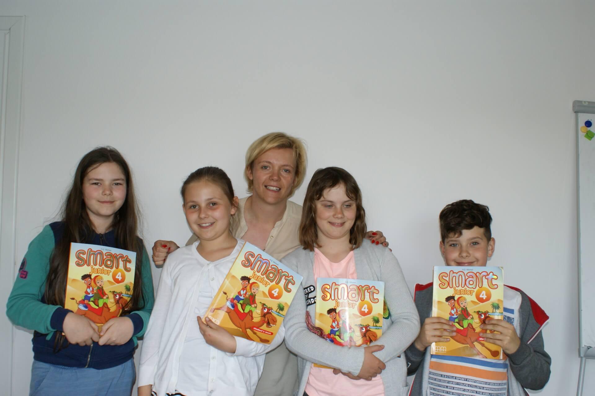 dzieci z podręcznikami do angielskiego